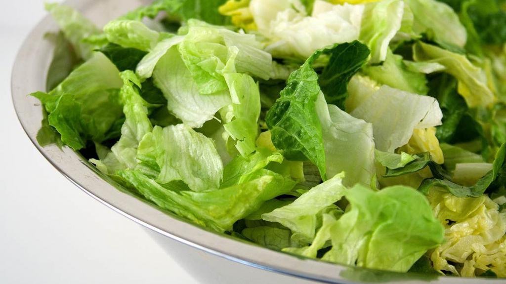 Рвем салатные листья вручную для цезаря