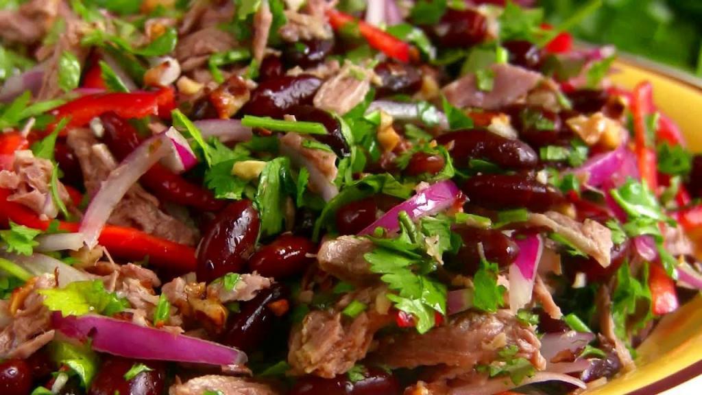 Салат с фасолью, мясом и яйцами
