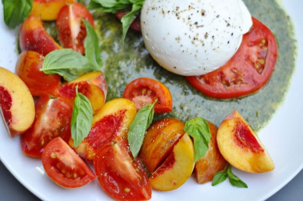 буррата с томатами и соусом